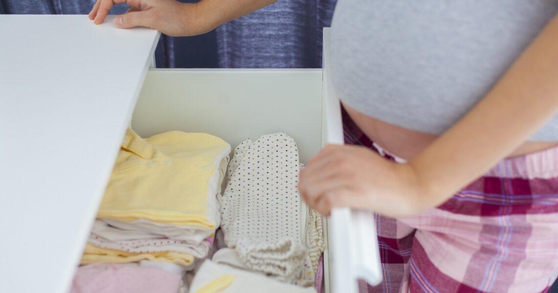szuflada z ubraniami dla dziecka